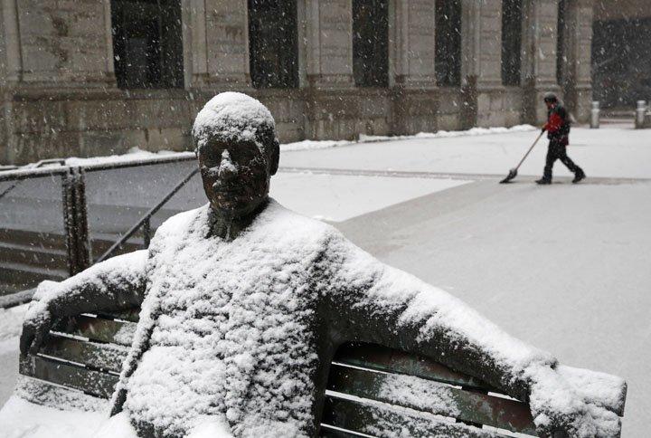 @BroadcastImagem: Estátua é coberta pela neve que atinge parque da região de Baltimore, nos EUA. Patrick Semansky/AP