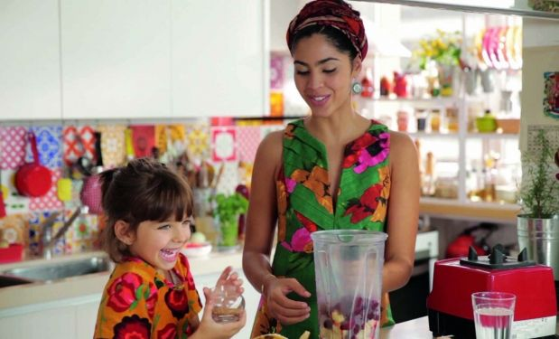 Bela Gil. Foto do site da BN Holofote que mostra 'Me criticaram de todos os jeitos', diz Bela Gil sobre alimentação da filha