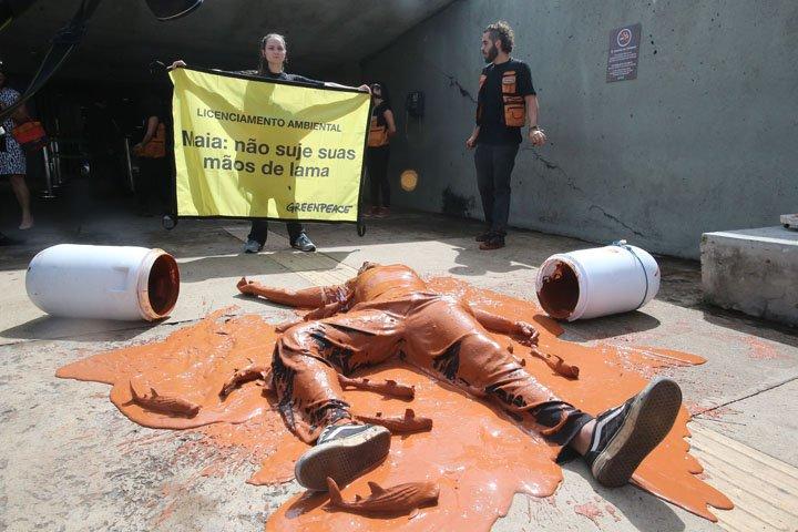 @BroadcastImagem: Ativistas do Greenpeace protestam na Câmara contra lei de licenciamento ambiental. André Dusek/Estadão