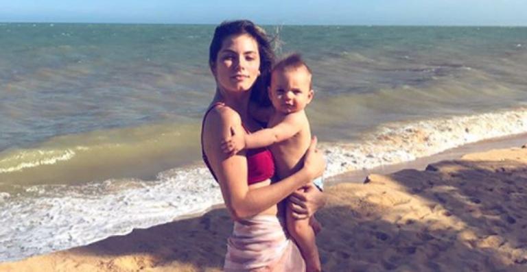 Bruna Hamu. Foto do site da Caras Brasil que mostra Bruna Hamú mostra 'acidente' com o filho em avião. Veja o que aconteceu