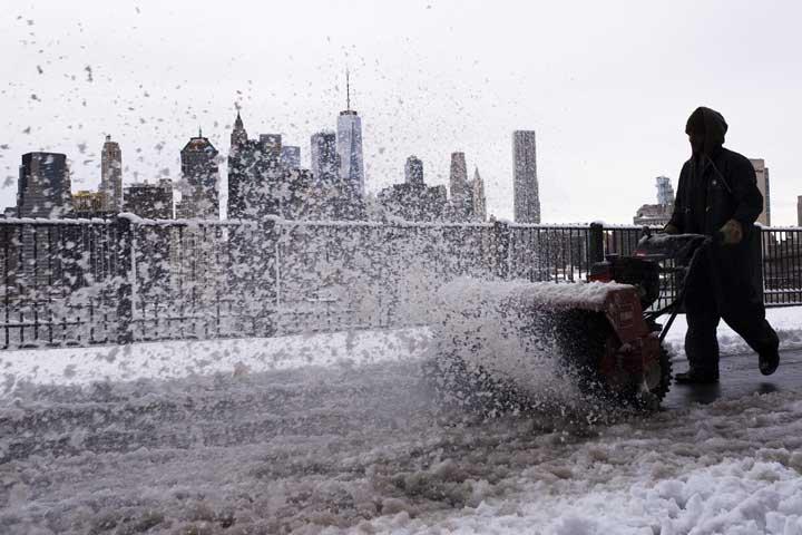 @BroadcastImagem: Tempestade de neve incomum na primavera atinge Nova York, nos EUA. Mark Lennihan/AP