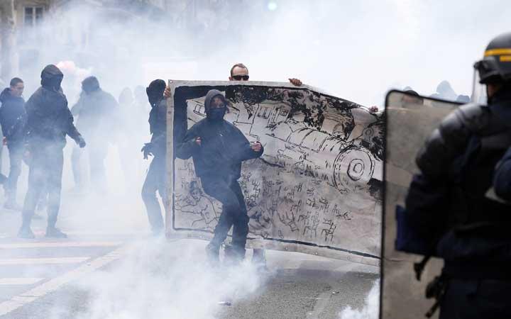 @BroadcastImagem: França vive dia de greve com paralisação no serviço público e protestos contra Macron. Thibault Camus/AP