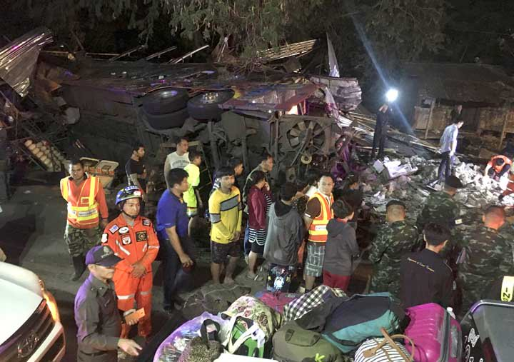 @BroadcastImagem: Acidente com ônibus de turismo deixa 18 mortos e 30 feridos na Tailândia. AP Photo