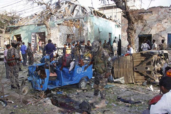 @BroadcastImagem: Explosão de carro-bomba deixa 14 mortos e 10 feridos na Somália. Farah Abdi Warsameh/AP
