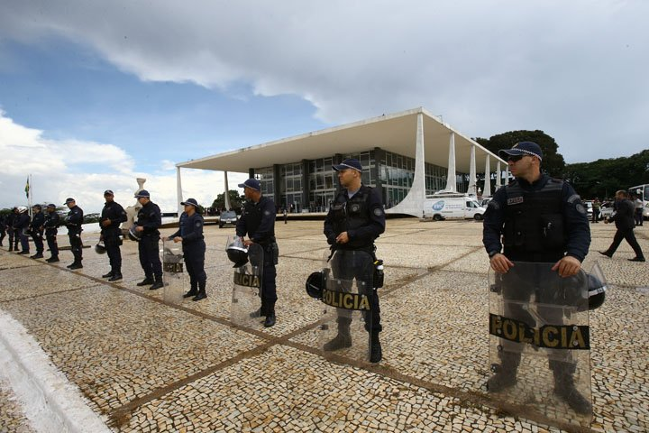 @BroadcastImagem: Policiais reforçam a segurança no entorno do prédio do STF, em Brasília. Dida Sampaio/Estadão