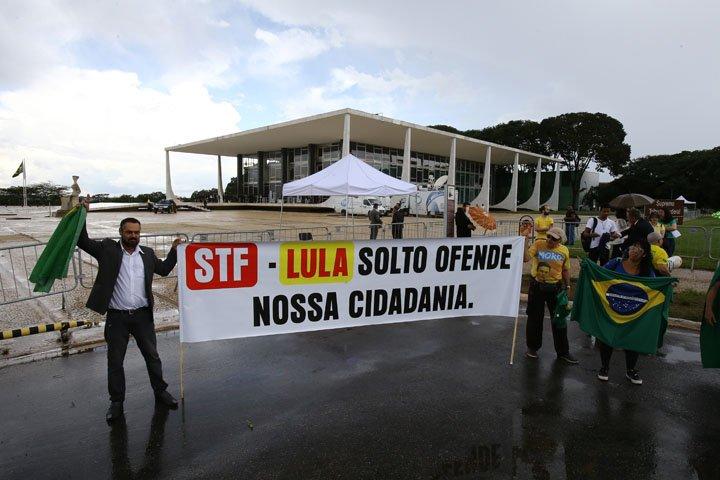 @BroadcastImagem: Protesto pela prisão do ex-presidente Lula frente ao prédio do Supremo, em Brasília. Dida Sampaio/Estadão