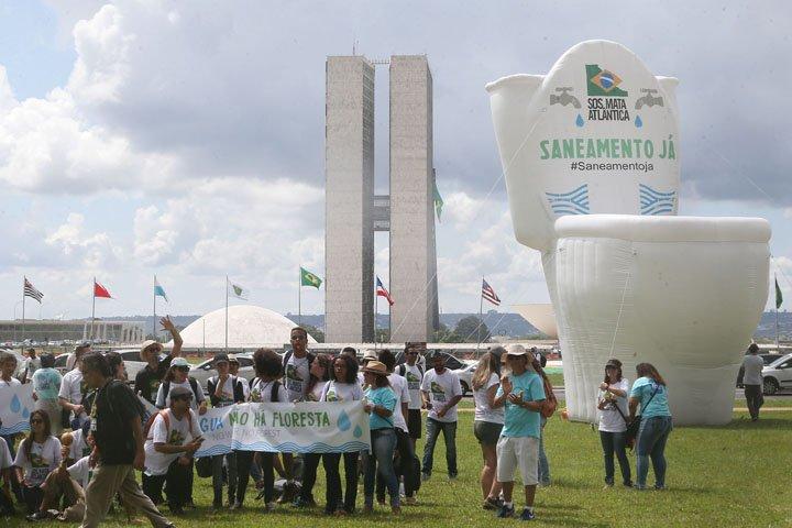 @BroadcastImagem: Ativistas participam do Ato pela Água, organizado pela SOS Mata Atlântica, na Esplanada. André Dusek/Estadão
