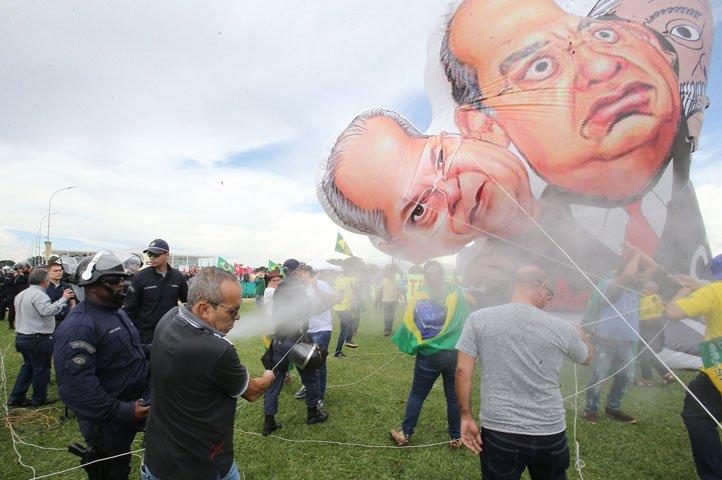 @BroadcastImagem: Polícia usa spray de pimenta para impedir que boneco inflável seja erguido em frente ao STF. André Dusek/Estadão