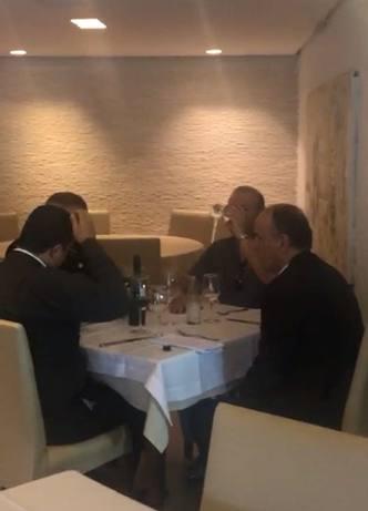 Vídeo mostra bispo e padre reunidos em restaurante, arquitetando crime