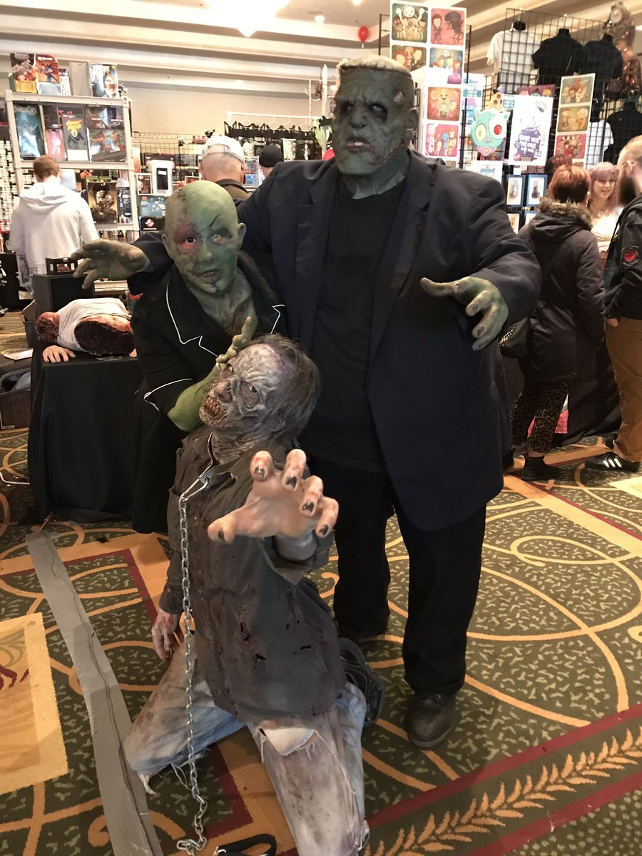 Chilling at Monster Mania w these crazy critters. #horror #horrorconvention a0a0voHPt6