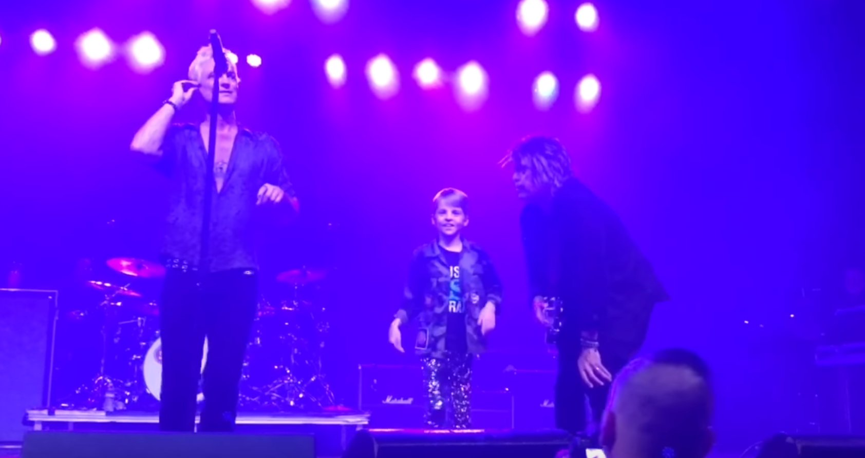 Watch a 9-year-old sing 'Dead And Bloated' with @STPBand https://t.co/EQo6ZqgJIg https://t.co/8B0wQJkIIP
