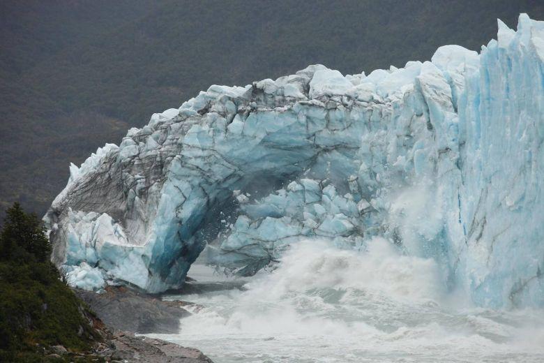 Ice bridge in Argentine glacier collapses