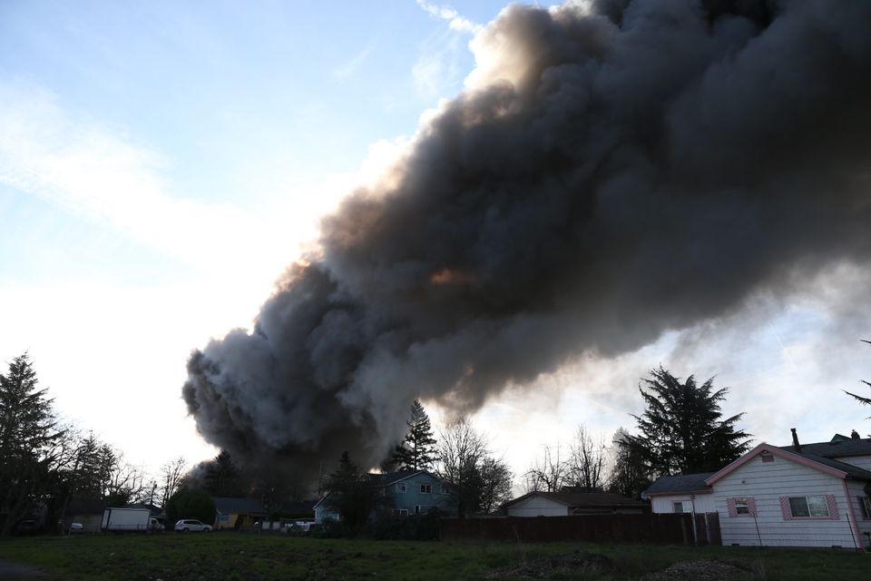 Smoke from 5-alarm NE Portland fire causing evacuations from homes