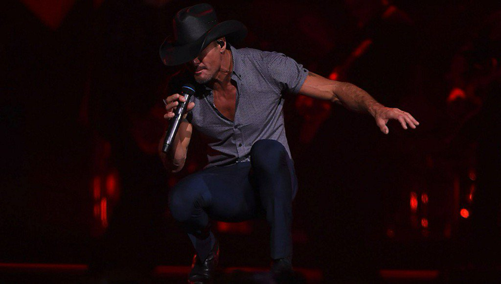Tim McGraw collapses on stage duringconcert