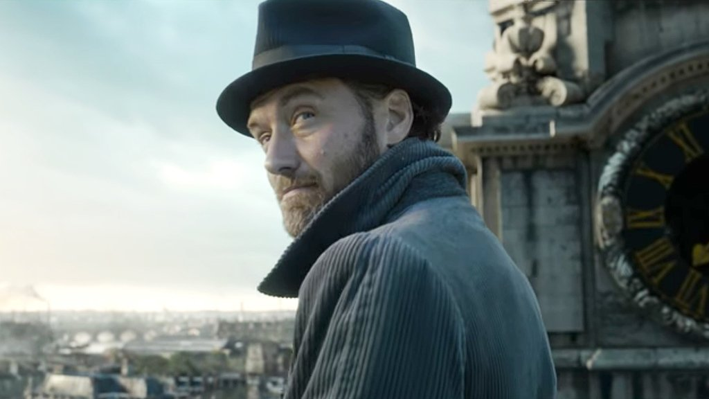 Watch Jude Law play a young Albus Dumbledore in the new #FantasticBeasts trailer https://t.co/FznrdD2Pyy https://t.co/GqBWN3EJ8a