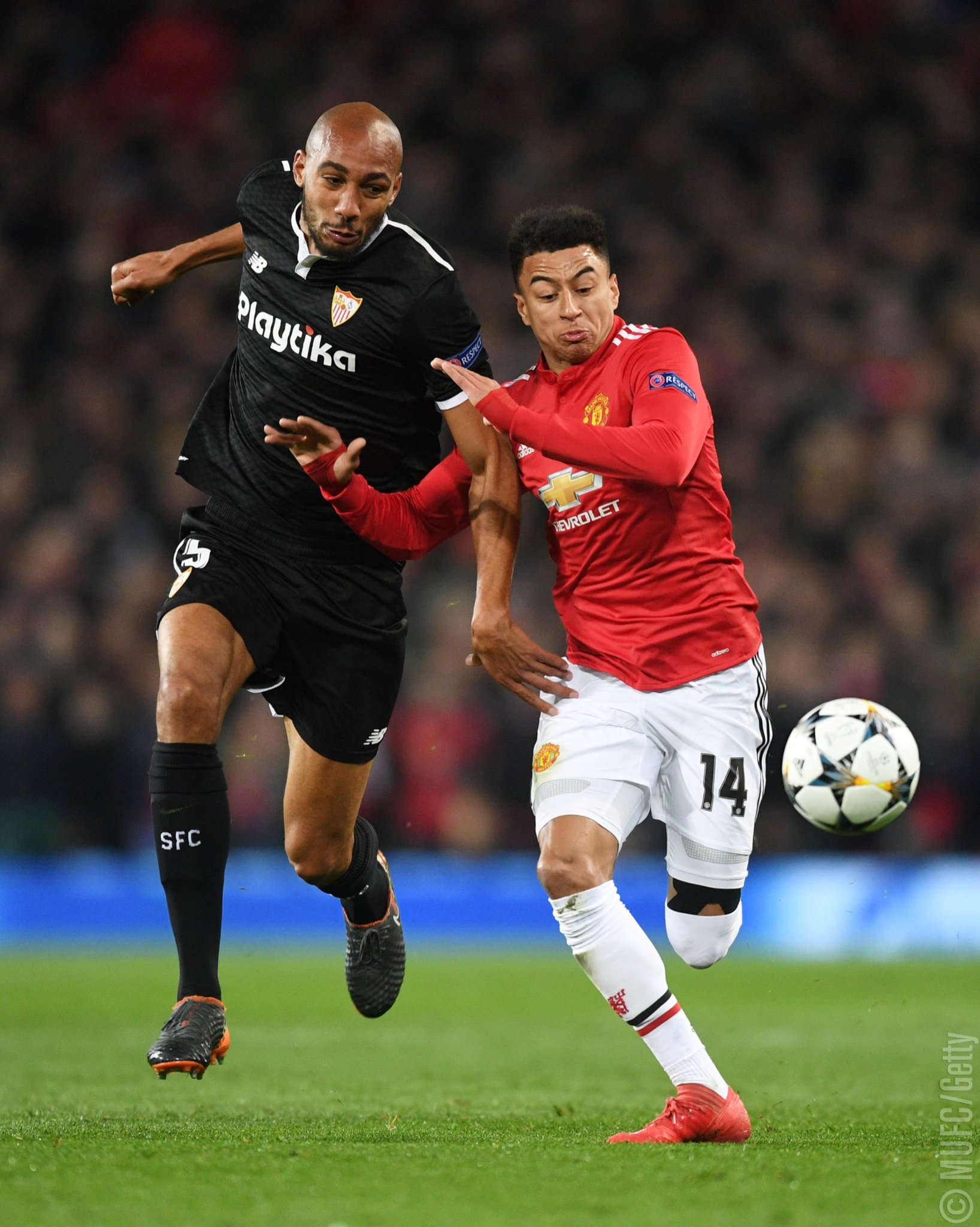 32' - @JesseLingard battles for possession with N'Zonzi. ��  #MUFC #UCL https://t.co/d7apTfnehR
