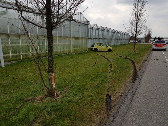 Naaldwijk Vierschaar. Ongeval.   Auto raakt van de weg. Politie heeft de zaak in onderzoek. https://t.co/FDvl59pueT