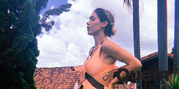 Bella Falconi. Foto do site da Quem Acontece que mostra Bella Falconi exibe barriguinha de segunda gravidez