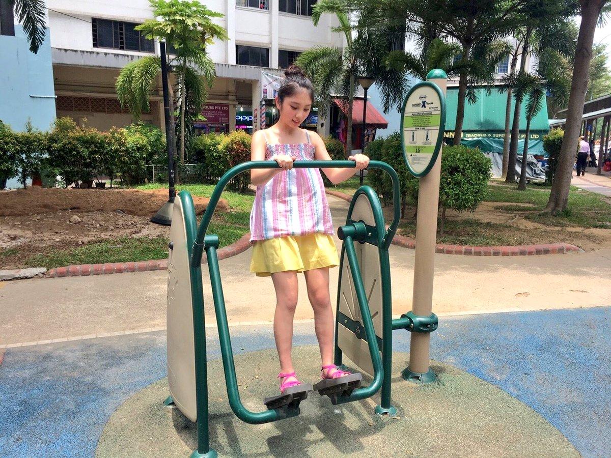 街中に公園が。早速駆け寄って遊ぶ与田ちゃん。  #与田祐希 #与田ちゃん #日向の温度 #シンガポール  #...