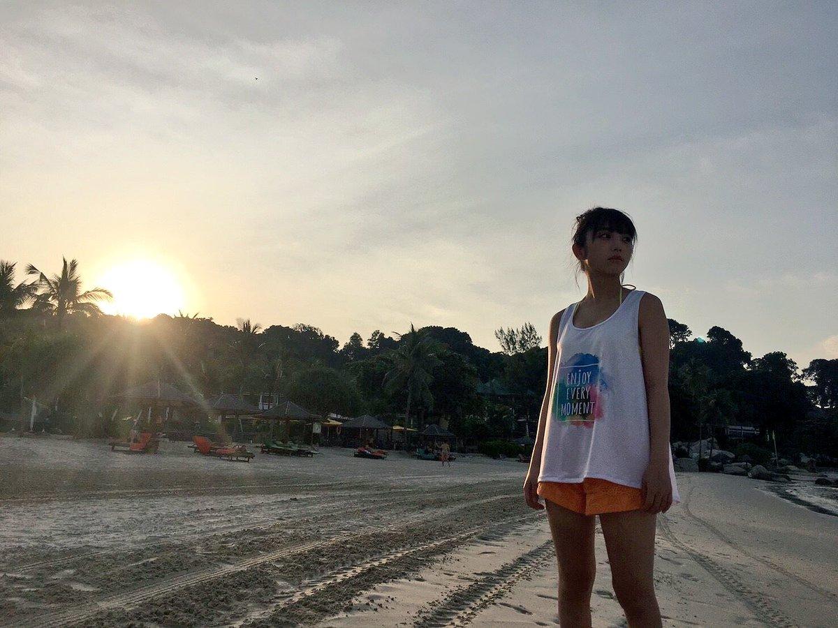 夕暮れのビーチへ。 真っ直ぐ見据えた視線の先には何があるのでしょうか。 これからの与田ちゃんの未来...