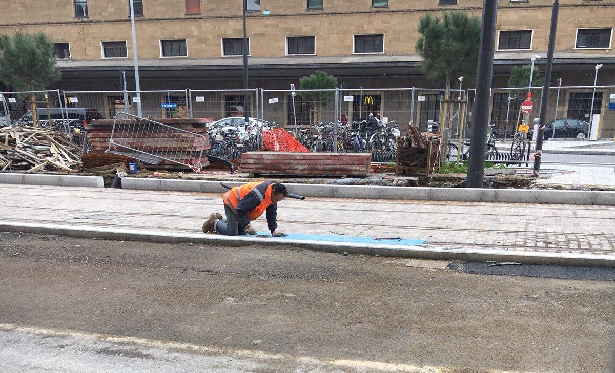 """RT @StefanoRossi_: Ore 8.00, stazione di #Firenze. Operaio al lavoro nel cantiere della tramvia https://t.co/BQa67gFBOF<a target=""""_blank"""" href=""""https://t.co/BQa67gFBOF""""><br><b>Vai a Twitter<b></a>"""