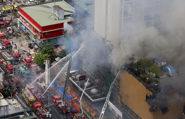 @BroadcastImagem: Incêndio causa mortes em complexo hoteleiro em Manila, nas Filipinas. Bullit Marquez/AP