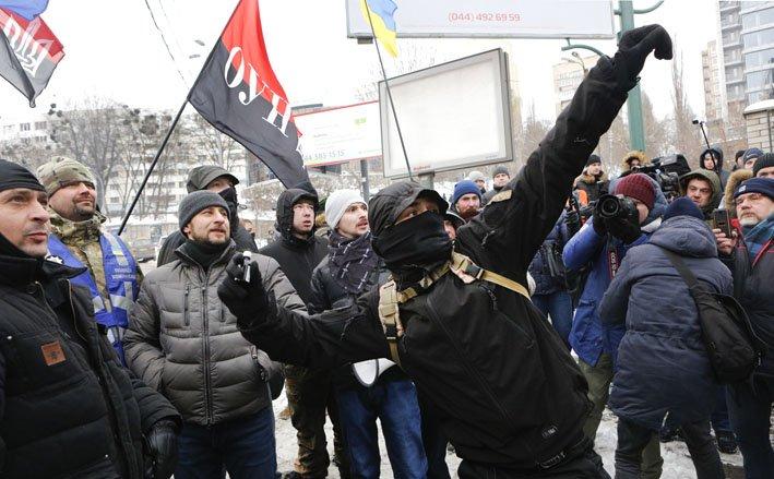 @BroadcastImagem: Em Kiev, ativistas ucranianos protestam contra votação em consulados russos. Efrem Lukatsky/AP