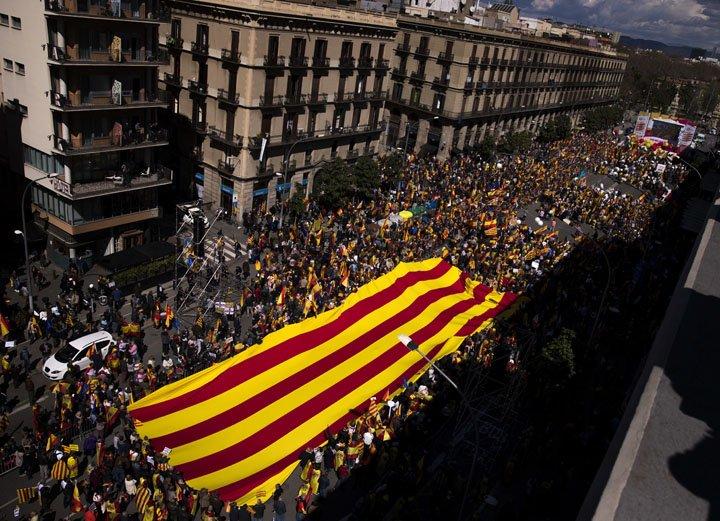 @BroadcastImagem: Milhares de pessoas contrárias à independência da Catalunha marcham em Barcelona. Emilio Morenatti/AP