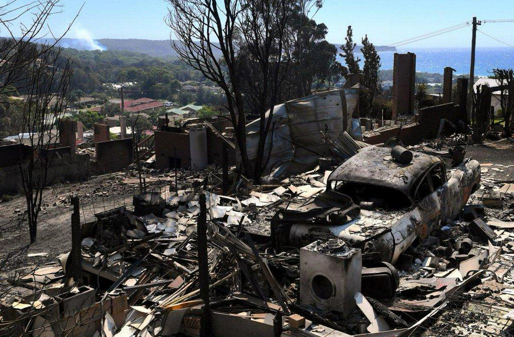 Hundreds flee Australian bushfires that kill cattle, destroy homes https://t.co/spK8hVMkA8 https://t.co/iMYlUguCYs