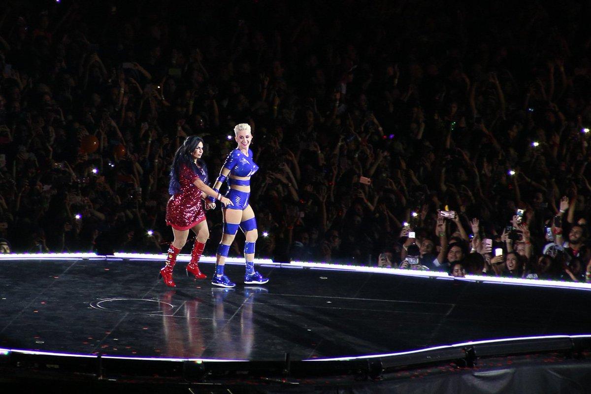 Gretchen. Foto do site da Tititi que mostra Famosos vão à loucura com participação de Gretchen no show de Katy Perry em SP