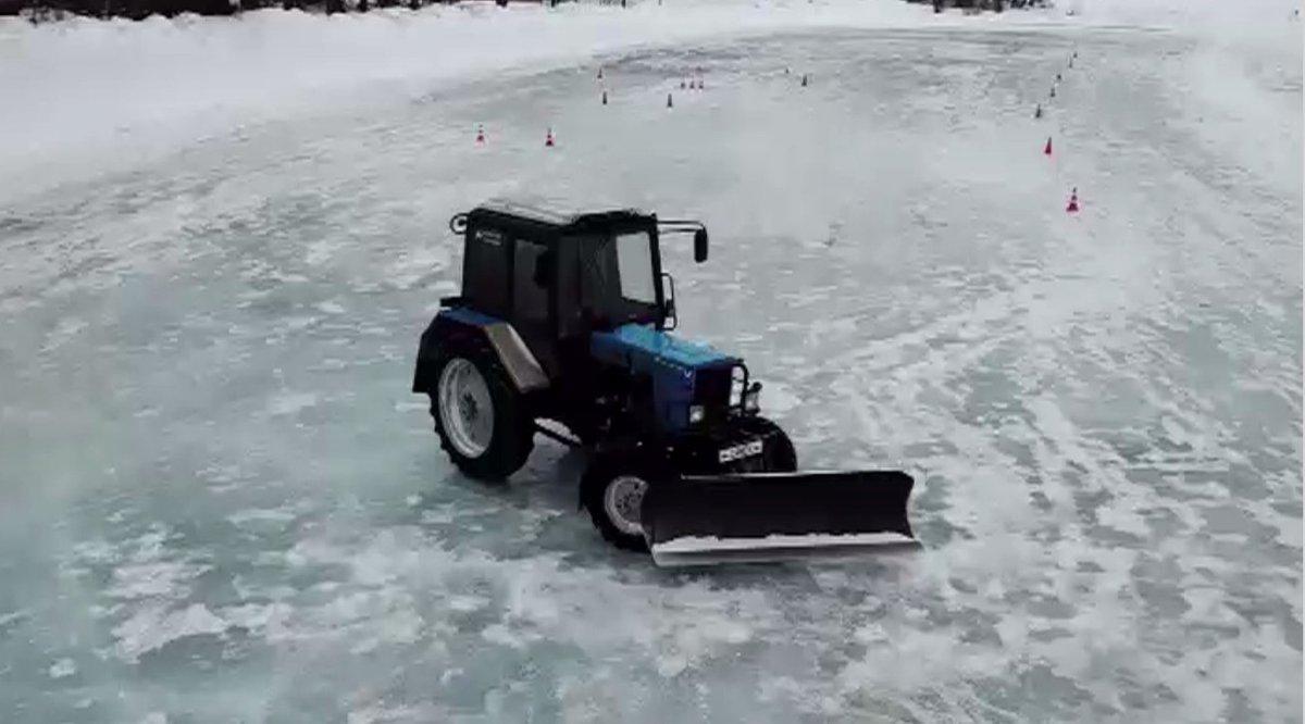 Les techniques de dérive sur la glace dans un tracteur présentées à Iekaterinbourg
