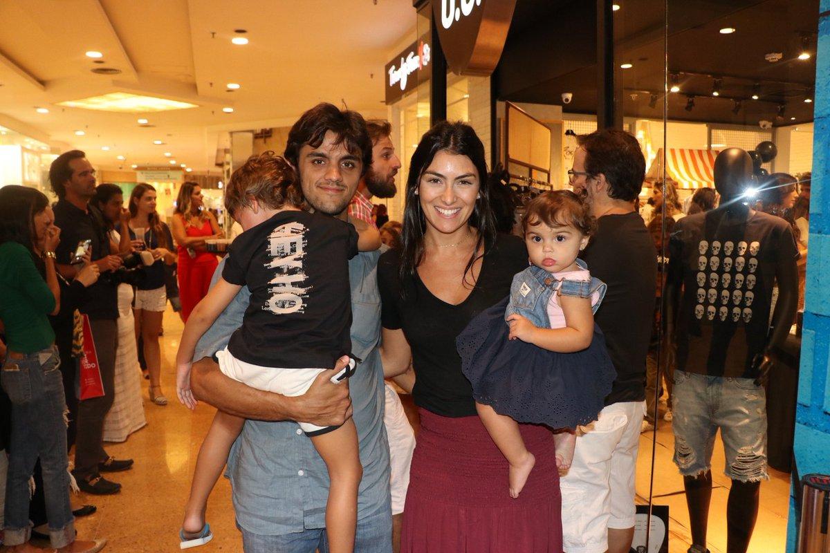 Felipe Simas. Foto do site da Tititi que mostra Felipe Simas curte dia em família com os pequenos Joaquim e Maria