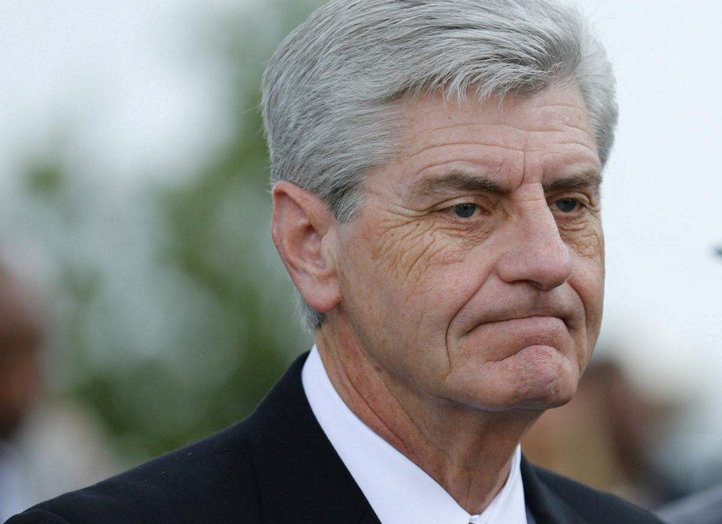 Mississippi governor signs bill banning abortions after 15 weeks https://t.co/0yNPpCFxOd https://t.co/LKWYeeCoNz