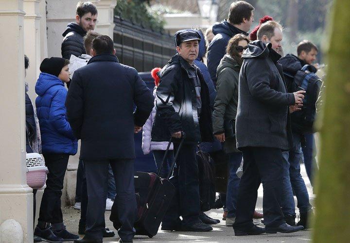 @BroadcastImagem: Diplomatas russos deixam embaixada de Londres após anúncio de expulsão. Frank Augstein/AP