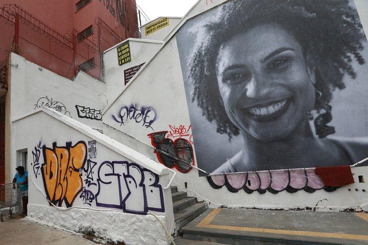 @BroadcastImagem: Foto da vereadora Marielle Franco (PSOL) exposta numa escadaria em Pinheiros (SP). Hélvio Romero/Estadão