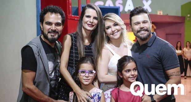 Belutti. Foto do site da Quem Acontece que mostra Marcos, da dupla com Belutti, recebe Luciano Camargo e família em festa do filho