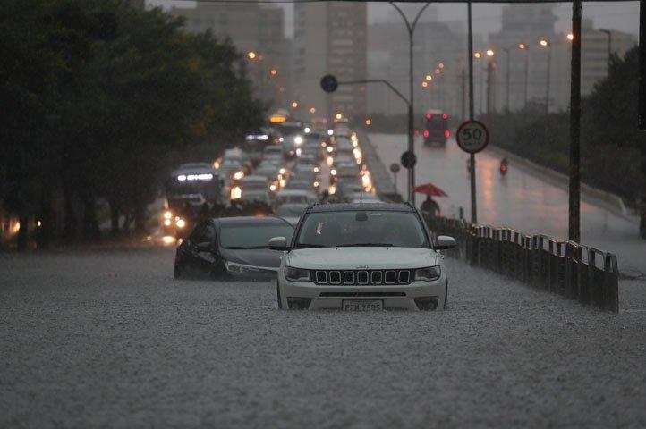 @BroadcastImagem: Chuva causa alagamentos e interdita avenidas em São Paulo. Alex Silva/Estadão