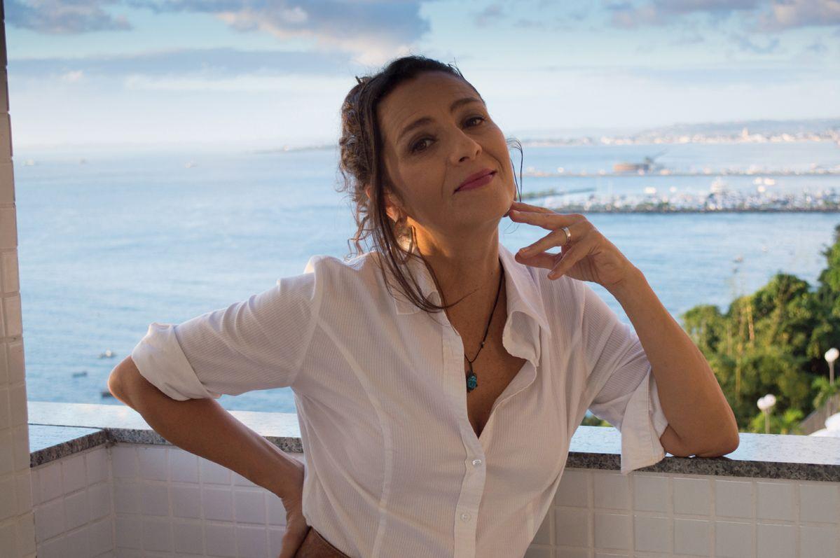 Cyria Coentro. Foto do site da BN Holofote que mostra Cyria Coentro diz que ser nordestina não dificultou trajetória: 'Nunca sofri preconceito'