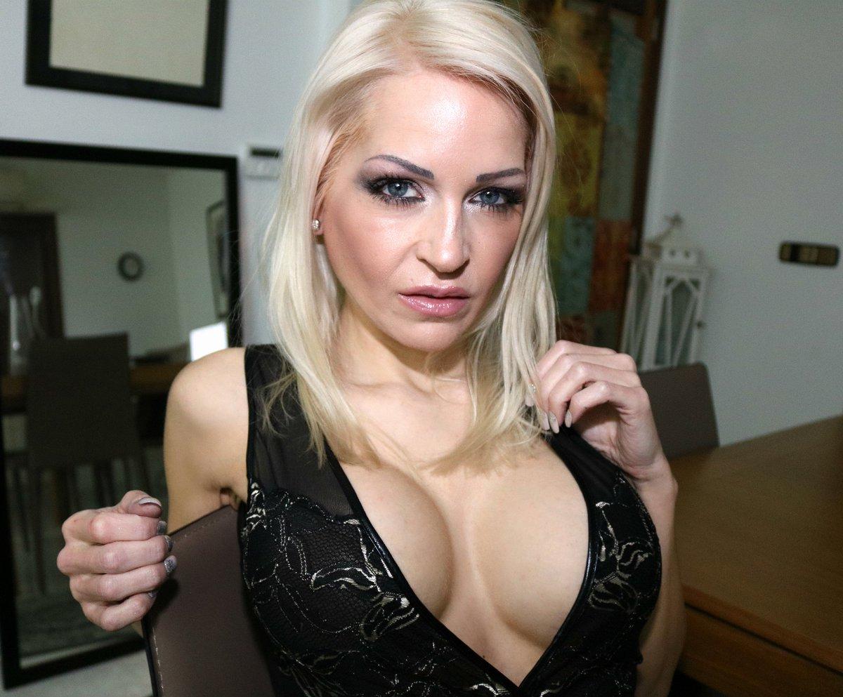 Schönes Bild in meinem Abendkleid 🍸Wer geht mit mir so zum Dinner ? #geilefrau #dekollete #weiber #sexy