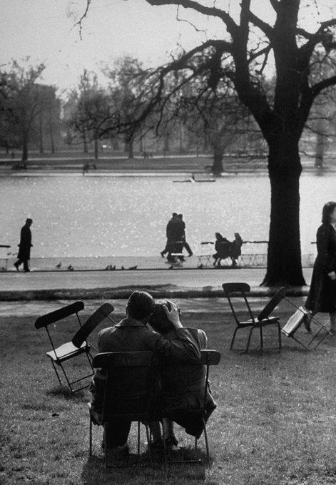 RT @Papryka5: Cornell Capa  Lovers, London,1951 https://t.co/bwSU8kptOY