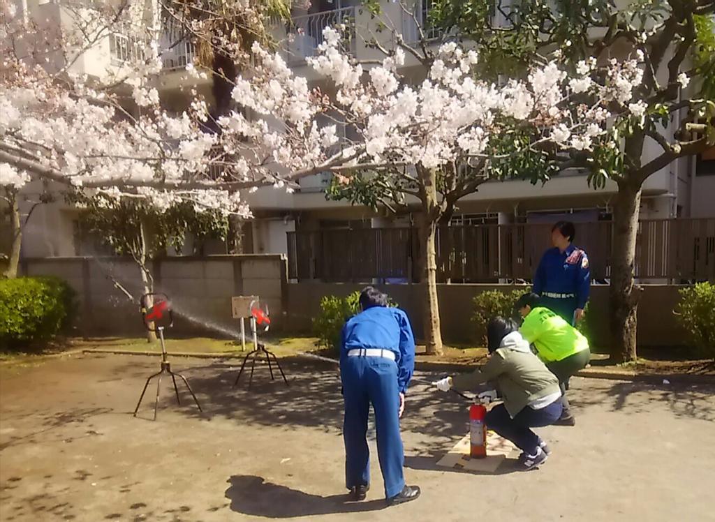 test ツイッターメディア - 桜が咲くなか、地域の防災訓練を見学。多くの方から区政の状況などを質問されました。防災訓練に参加される方はいいのですが、参加してくれない方をどうするか、どうしたら参加してくれるのか考える必要があります。#防災訓練 #太子堂 #桜 https://t.co/KElDLFJ2G3
