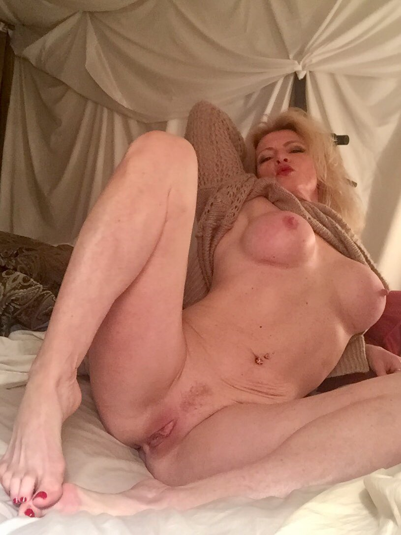2 pic. #barefoot #milf in cozy sweater, mmmm curl up with me in bed. It's #MandyintheMorning /