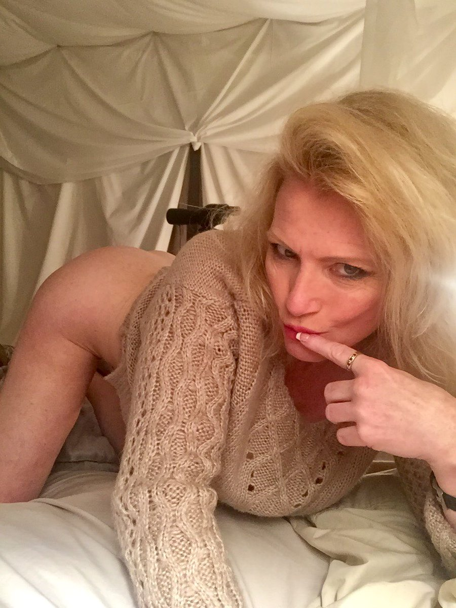 1 pic. #barefoot #milf in cozy sweater, mmmm curl up with me in bed. It's #MandyintheMorning /