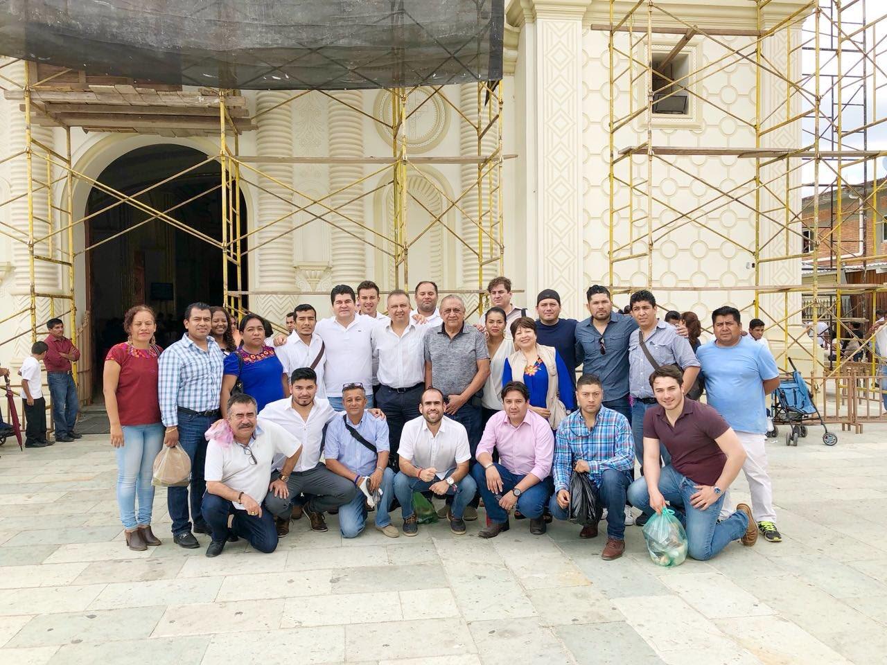 En Juquila, @hectorpablo_ se reunió con amigos y familiares que lo acompañaron. #Oaxaca https://t.co/vOYQ9xAiTA