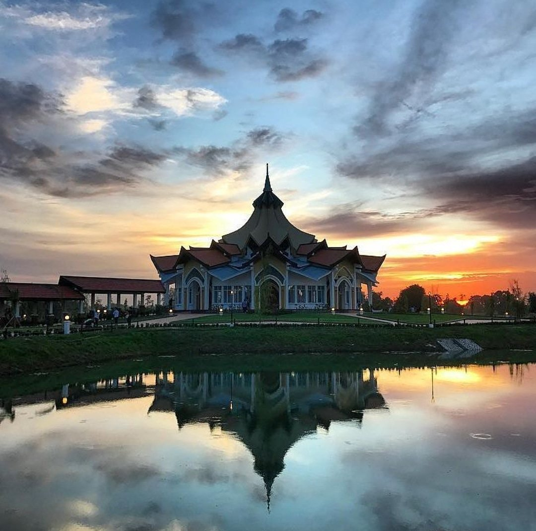 test Twitter Media - #Sunset at the #Bahai #HouseofWorship in #Battambang #cambodia by @mirshal #Bahaifaith #super_photosunsets https://t.co/4OJCPU3OiY