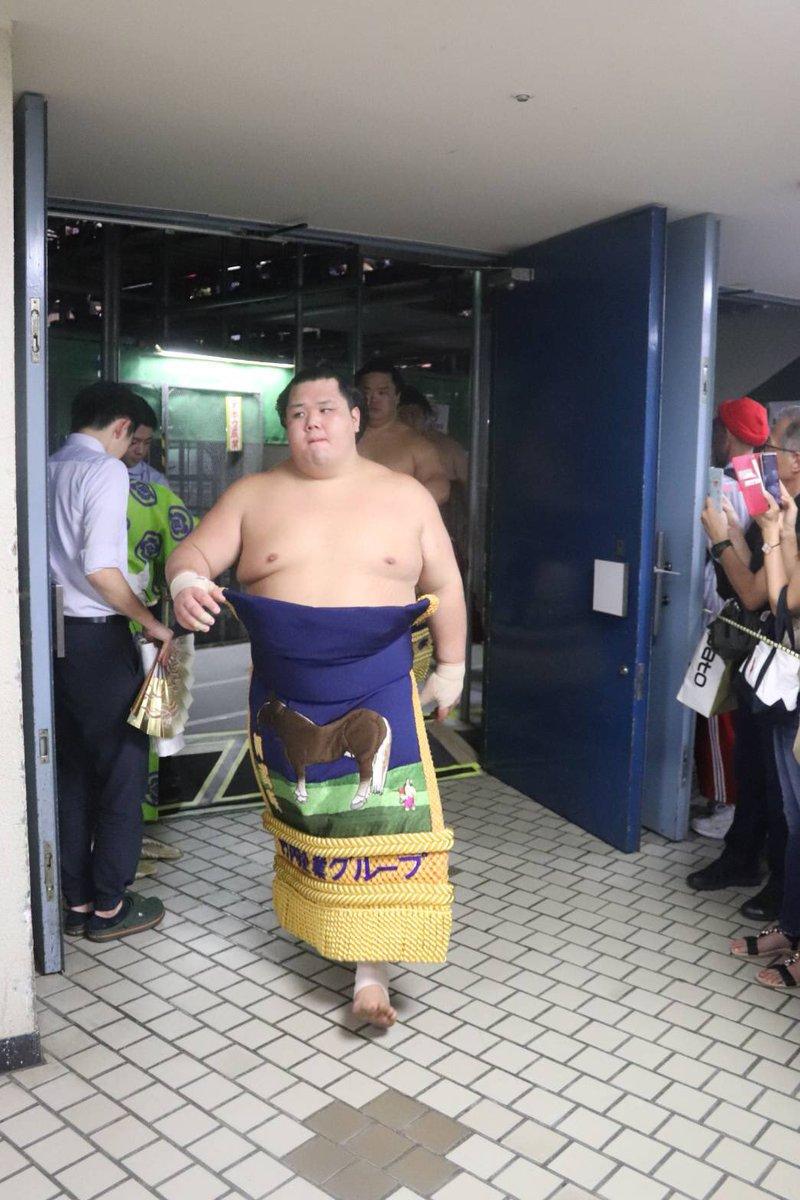 test ツイッターメディア - <十三日目の様子> 幕内土俵入りに向かう阿武咲と明生、お客様と握手する立呼出し 拓郎。 #sumo #相撲 https://t.co/jN9ghdrxLU