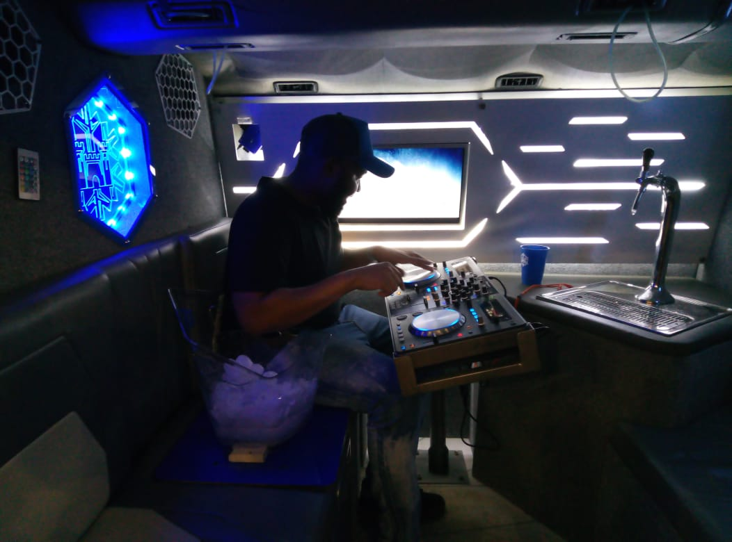 The Castle Lite party bus is every deejays dream as it's fitted with sound 🔉 @FerrahMante didn't want to get out 😂 https://t.co/waFiyAaCVe