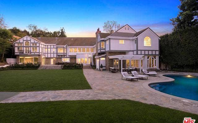 RT @trailsofsmoke: New LA Lakers F Anthony Davis renting this Bel Air mansion for $50k/mo https://t.co/SjdSxATaB5 https://t.co/wPPGjRxb8w