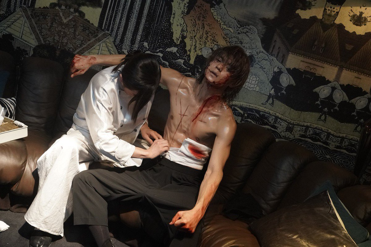 test ツイッターメディア - < 極上の…バックハグ!?  大ヒット公開中『Diner #ダイナー』より藤原竜也さん演じるボンベロが、窪田正孝さん演じるスキンを介抱する場面写真解禁!凄まじい傷に覆われた体に背後から包帯を巻くボンベロ。映画・ドラマ『DEATH NOTE』で夜神月を演じた2人。本作の競演では一体何が起きるのか…!? https://t.co/f00Zd8Ysm5