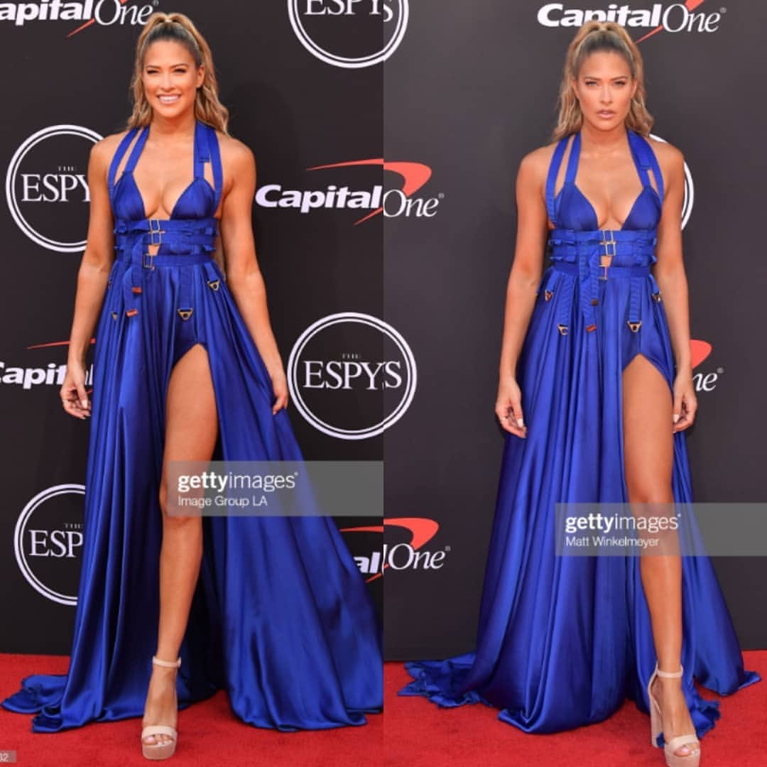 RT @BarbieBlankSite: @TheBarbieBlank definitely won the red carpet last nights. I'm in LOVE with her smile and dress https://t.co/AZYyW9zUUn